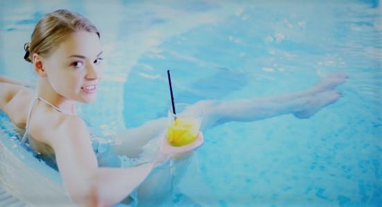 belle-jeune-femme-assise-avec-un-cocktail-dans-un-jacuzzi_1098-3926